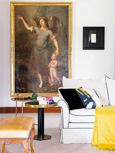 Salón con cuadros de Bartolomé Román y Eduardo Chillida