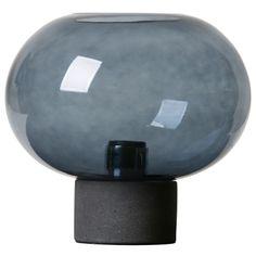 Alberta bordslampa från Watt & Veke. Varesig om man tittar på den djupt blåa glass skålen eller dess...