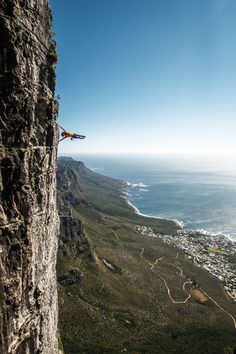 """house-under-a-rock: """" Matt Bush human flagging on Table Mountain above Cape Town """" Morning Workout Motivation, Fitness Motivation, Motivation Quotes, Muscle Building Tips, The Soloist, Table Mountain, Extreme Sports, Mountaineering, Climbers"""