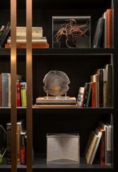 2ea557ad170 Estante de livros e objetos decorativos no ambiente de Patrícia Hagobian na Casa  Cor São Paulo 2016.