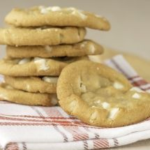 Découvrez la recette de Cookies au chocolat blanc moelleux, Dessert à réaliser facilement à la maison pour 6 personnes avec tous les ingrédients nécessaires et les différentes étapes de préparation. Régalez-vous sur Recettes.net