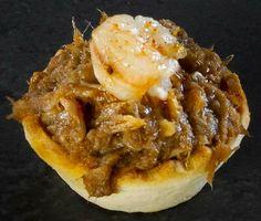 Mini tartaleta de bonito y gamba picante: Bonito a la reducción de balsámico de Módena jalonado con gamba frita al pimentón picante en mini tartaleta.