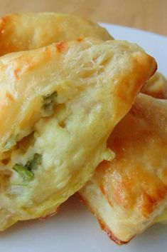 Feta Cheese Foldovers - Golden puffed pastries are filled with a feta cheese mixture. These can be made ahead, and popped into the oven after your guests arrive. Puff Pastry Appetizers, Appetizer Recipes, Cheese Appetizers, Recipes With Puff Pastry, Puff Pastries, Appetizer Dishes, Quick And Easy Appetizers, Quick Snacks, Frozen Puff Pastry