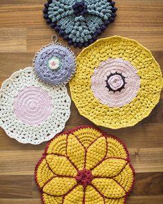 용도를 딱히 정하지 않고 그냥 예뻐서 떠본 아이들. 참 쓸모 없고 좋구나 #뜨개놀이 #램스울 #코바늘5호 #코바늘 #티매트 #티팟홀더 #뜨개방석 #crochet #instacrochet #crochetaddict #crochetagram by pinkcamel77