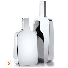 BOTTLE un vase en inox dans un design sobre et pur, fabriqué et poli miroir à la main. La surface lisse, le poids et la forme donnent l'aspect d'un objet design à BOTTLE.
