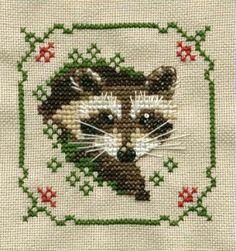 amor amor amorrr ... amo los mapaches :3   Raccoon cross stitch