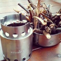 「ウッドガスストーブ」は、枯れ草や枯れ木などを燃料とする、近年人気のアウトドア用ストーブです。【画像はウッドストーブの一番人気「solostove(ソロストーブ)」】