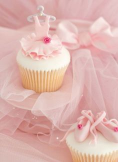 Pretty tutu & toe shoe cupcakes via Just a Simple Life Tumbler Ballerina Cupcakes, Pink Cupcakes, Cute Cupcakes, Cupcake Cookies, Party Cupcakes, Cupcake Favors, Birthday Cupcakes, Ballerina Birthday Parties, Ballerina Party
