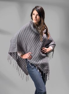 NEWBOAT Ponchos  con flecos ! Un look relajado con mucho estilo. Cool Sweaters, Pullover, Cool Stuff, My Style, Outfits, Fashion, Cape Clothing, Relaxed Outfit, Style