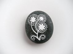 dandelions  painted stone  medium size por artinredwagons en Etsy