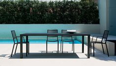 Easy tables have been significantly restyled to become the New Easy series, a collection that includes tables – which now are even 300 cm long – and bar tables, always of great dimensions.