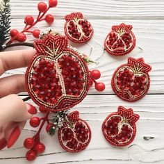 STOLL - knit and wear technology. Seamless shaping and construction. Bead Embroidery Jewelry, Beaded Embroidery, Embroidery Designs, Beaded Jewelry, Handmade Tags, Brooches Handmade, Handmade Jewelry, Diy Y Manualidades, Lesage