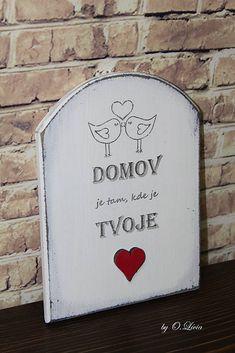 Milá drevená tabuľka - ceduľka s nápisom  Domov je tam, kde je Tvoje sdrce  . V hornej časti sú zaľúbené vtáčiky a v dolnej časti je červené drevené srdiečko. Bielo sivé pa...