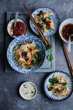 Chicken Momo are Tibetian steamed dumplings that just melt in your mouth. The preparation takes time, but the cooking otherwise barely takes any time. Indian Food Recipes, Asian Recipes, Ethnic Recipes, Jai Faim, Food Flatlay, Steamed Dumplings, Dark Food Photography, Buzzfeed Food, Asian Cooking