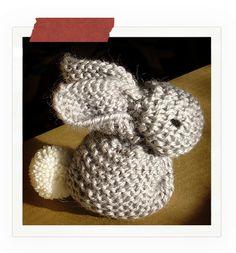 Crafteina: Conejito súper fácil a partir de un cuadrado tejido  http://www.crafteina.com/2013/03/conejito-super-facil-partir-de-un.html es tan lindo.......