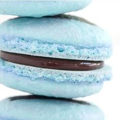 A nice hue of blue and a nutella ganache center Blue Macaroons, Macaroons Flavors, French Macaroons, Nutella Macarons, Nutella Ganache, Vanilla Macarons, Coconut Hot Chocolate, Macaroon Recipes, Bakery Business