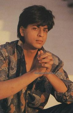 Omg he's looking super cuteeee Bollywood Posters, Bollywood Actors, Bollywood Celebrities, Shah Rukh Khan Quotes, Shah Rukh Khan Movies, Shahrukh Khan And Kajol, Srk Movies, Indian Aesthetic, Sr K