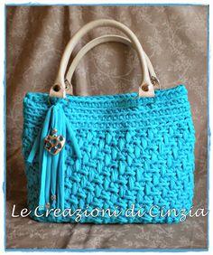 ...le mie CREAZIONI: Borse in fettuccia...una vera mania!!! Crochet Tote, Crochet Handbags, Crochet Purses, Fillet Crochet, Yarn Bag, Macrame Bag, Denim Bag, T Shirt Yarn, Knitted Bags