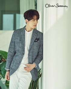 Lee Dong Wook was chosen as the muse to show some of Oliver Sweeney's 2017 S/S Collection! We think he looks drop-dead gorgeous, check it out! Source | Top Star News