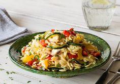 Orzo-Nudelpfanne mit dreierlei Käse und Gemüse,