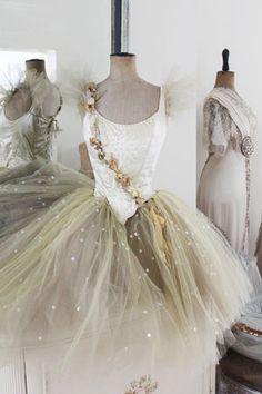 まるで宝石箱のようなキラキラした可愛いバレエの衣装を集めました!白からグラデーションで載せてます♡