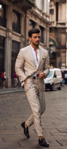 How To Style A Khaki Suit Correctly - 10 Dashing Khaki Suit Outfit Ideas For Stylish Gentlemen - Mens Fashion Blazer, Mens Fashion Blog, Latest Mens Fashion, Suit Fashion, Daily Fashion, Khaki Suits, Black Suits, Mens Suits, Black Men