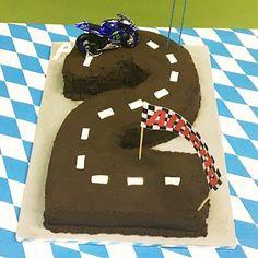 La torta  a forma di 2 per la festa di Albi  #party cake #torta #compleanno #birthday #2yearsold #moto #motogp #valentinorossi #motocycle #cakedesign #partyplanner