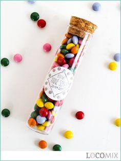 Deze Glazen Tubes met Kurk vormen de speelse basis van de Candy tube Communie bedankjes. Het snoepgoed in combinatie met een persoonlijke sticker bepaalt de uitstraling van jouw bedankje! Dit leuke glazen Communie bedankje wordt gevuld met het snoepgoed van jouw keuze. De Candy Tubes zijn niet alleen leuk om uit te delen maar ook heel leuk om te presenteren op de Candy Table!