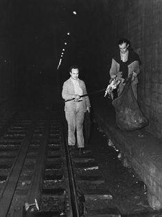 Dos operarios realizan tareas de limpieza en los túneles; septiembre de 1963.. Foto: Archivo
