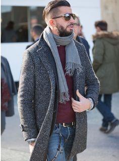 グレーのヘリンボーン柄のコートは、ネップの味わいが魅力的。コートのラペルに沿わせたジャケットのさばき方やストールの巻き方など、さり気ないテクニックが満載。 ※19 Dec. 2016 at Massi Ninni Snap LEONでもっと見る!