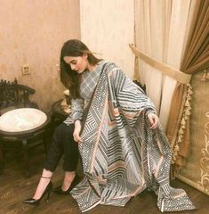 New Indian Bridal Dupatta Mehndi Ideas Simple Pakistani Dresses, Pakistani Fashion Casual, Pakistani Dress Design, Pakistani Outfits, Indian Outfits, Indian Dresses, Pakistani Clothing, Indian Fashion, Indian Attire