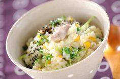 雑穀を使った豆乳スープのおかゆ。ヘルシーでダイエットにも◎先に鶏をじっくり煮込むので、お米やほかの具に旨みがしっかりしみこみます。コーン、豆苗入りで栄養もたっぷり。