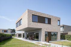 Nieuwbouw woning in Berkel en Rodenrijs. Baksteen gevel in combinatie met bronskleurige kozijnen. Het betonnen pad loopt door in de gevel en het overstek.