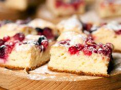 Dieser Blechkuchen ist schnell und einfach zubereitet. Die Kirschen machen den Kuchen schön saftig und locker. Viel Spaß beim Nachbacken!