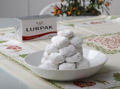 Δείτε τη συνταγή του Lurpak και ετοιμάστε εύκολα και γρήγορα τους δικούς σας, αρωματικούς, αφράτους κουραμπιέδες. Biscuit Cookies, Yams, Greek Recipes, Sweet Desserts, Biscuits, Cereal, Deserts, Food And Drink, Dairy
