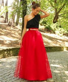 Preciosa falda 100% artesanal, diseñada y confeccionada a mano en Galicia. Consta de 4 capas de tul y está totalmente forrada. Todas nuestras faldas son confeccionadas una a una y personalizadas según tus medidas que deberás escribir ABAJO DE TODO antes de realizar tu compra. También disponible en Midi y Corta