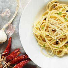 Najlepsie jedlo na svete spaghetti aglioolio spaghettiaglioeolio yum yummy italiankitchenhellip Aglio Olio, Spaghetti, Pasta, Ethnic Recipes, Food, Essen, Meals, Yemek, Noodle