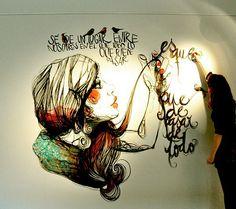 Paula Bonet terminando uno de sus espectaculares murales
