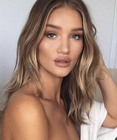 Rosie Huntington-Whiteley, natural beauty, blonde hair, balayage, light brown, highlights, make-up, photography, photo shoot, waves, lipstick