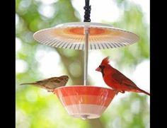 Vogelvoederbakje gemaakt van een kommetje en een bord