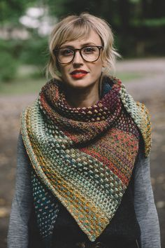 Ravelry 387309636705034600 - KIT (Berroco Vintage) châle Nightshift par Andrea Mowry – Tricot-Thé Serré Source by mellejc How To Purl Knit, Learn How To Knit, Knitted Shawls, Shawls And Wraps, Knit Patterns, Afghan Patterns, Amigurumi Patterns, Knit Crochet, Knit Cowl