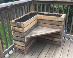 Pallet Outdoor Furniture DIY Pallet Bench with Flower Box for Corner - Pallets Pro - All you need is to get this DIY pallet bench with L-shape flower box which would be delightful addition to any corner of your home open spaces! Pallet Garden Furniture, Diy Outdoor Furniture, Furniture Projects, Garden Pallet, Furniture Design, Diy Furniture, Furniture Layout, Palette Furniture, Rustic Furniture