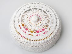 Crocheted cake cover - pattern in Finnish.