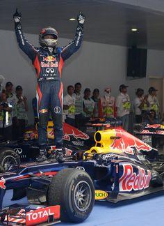 Sebastian Vettel célèbre sa victoire dans le parc fermé en Inde. #India2012