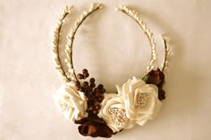 Tocado de rosas en blanco roto y burdeos con ramitas de coral #criscamon #headpiece #wedding #bride #hairstyle