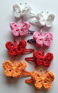 MaMariska: Vlindertjes haken haarclips Diy Crochet And Knitting, Cute Crochet, Crochet For Kids, Crochet Butterfly, Crochet Flowers, Crochet Hair Accessories, Crochet Edging Patterns, Barrettes, Crochet Doll Clothes