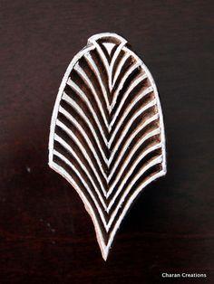 Sellos de madera a mano India están una combinación única de arte, habilidad y funcionalidad!  Este precioso sello de madera cuenta con un adorno Art Deco, maravillosamente mano tallada en un bloque de madera. El sello es cerca de 3 pulgadas (76,2 milímetros) por 1,5 pulgadas (38,1 mm) y 1,5 pulgadas (38,1 mm) de espesor.  Por favor, asegúrese de que el sello se seca completamente después de su uso antes de guardarla. Almacenar en un lugar seco y te duran para siempre.  Sus artículos se…