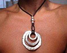 Collar de cuero con colgante de plata de Bohemia, joyería tribal boho. Una joyería de la manera diaria!!!! collares para mujeres, joyería de plata, joyería de cuero personalizados, originales diseños de kekugi. Este collar está hecho de cuero y plata perlas plateado. Todas piezas de plata son sometidas a un proceso antialérgico (níquel y sin plomo) con una galjanoplastia de plata de 8 micras de plata. HECHO POR ENCARGO! Hacer esto es 16 40cm de largo (cadena más corta), pero todas las…