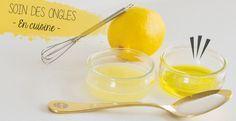je plonge mes ongles dans le jus de citron pendant 10 min puis 10min dans l'huile d'olive. je masse l'huile d'olive restée sur mes ongle. J'ajoute une CS de sucre extra-fin ou de bicarbonate dans le ramequin d'huile. Je mélange et je verse le tout sur mes mains et c'est parti pour un gommage doux