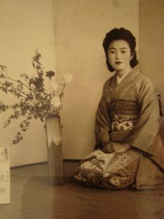 Nice Vintage Japanese Woman with flowers Ichibana old photo Japan